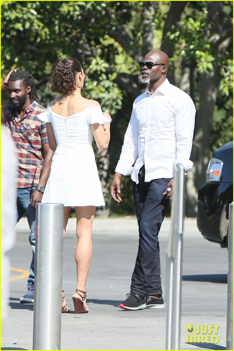 paula patton djimon hounsou share cute moment at extra 033655905