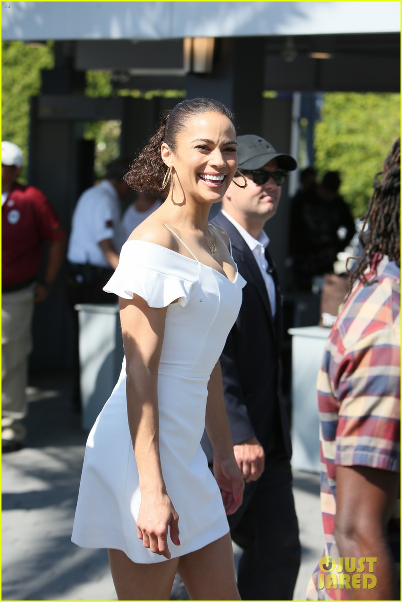 paula patton djimon hounsou share cute moment at extra 13