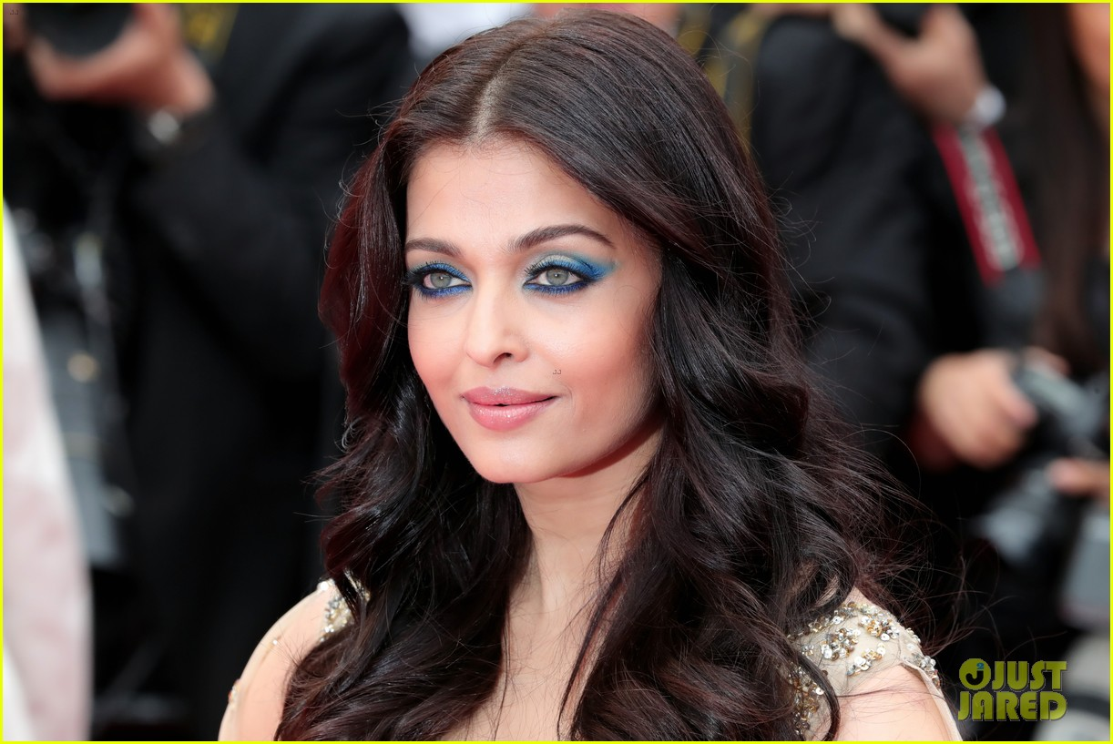 aishwarya rai stuns in golden gown at cannes premiere 023655204