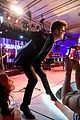 robin thicke takes the stage at kentucky derby gala 09