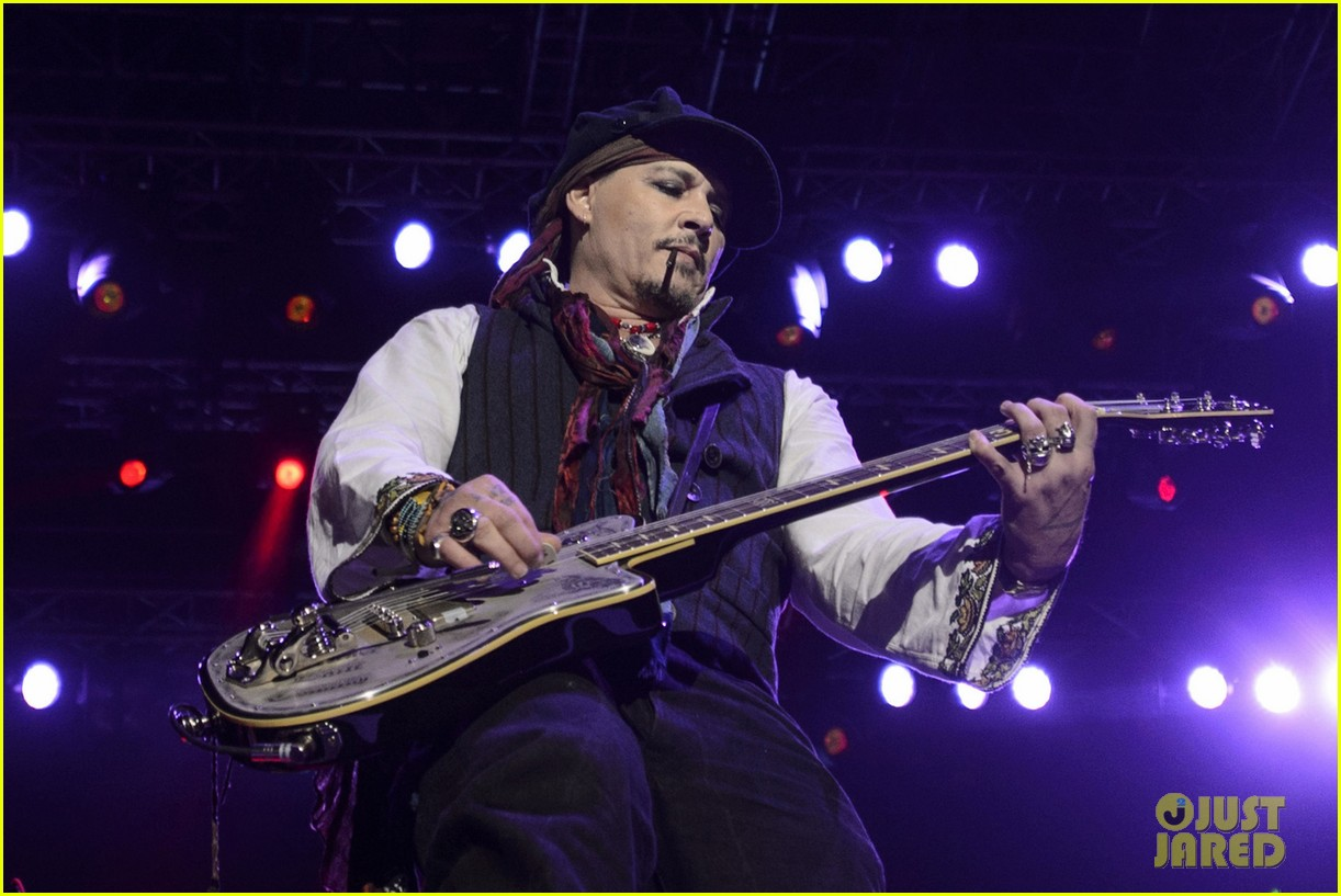 johnny depp performs with hollywood vampires 033675766
