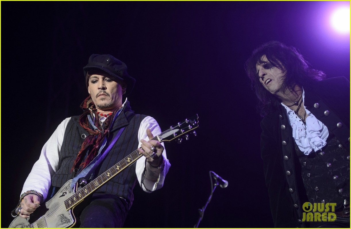 johnny depp performs with hollywood vampires 133675776