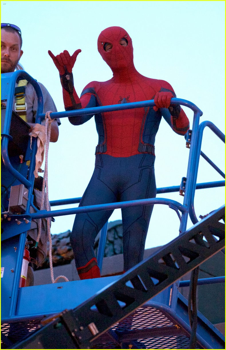tom holland suits up on the set of  u0026 39 spider