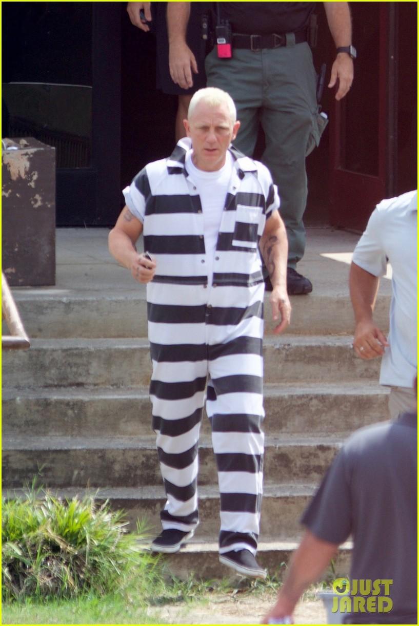 Daniel Craig Goes Blond in Striped Jumpsuit for 'Logan Lucky' Daniel Craig