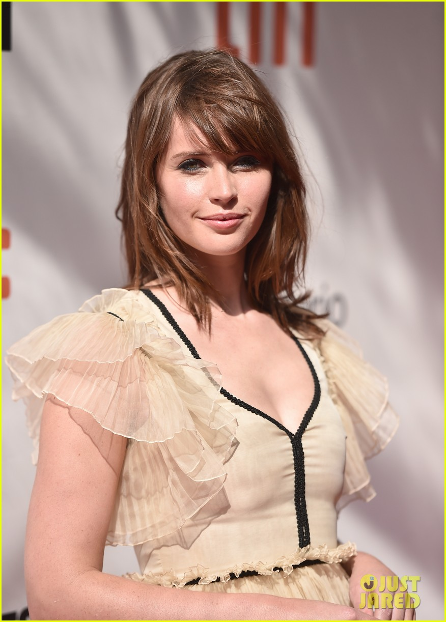 felicity jones wins imdb starmeter award at tiff photo felicity jones wins imdb starmeter award at tiff 2016 photo 3755341 2016 toronto film festival felicity jones sigourney weaver toronto film festival