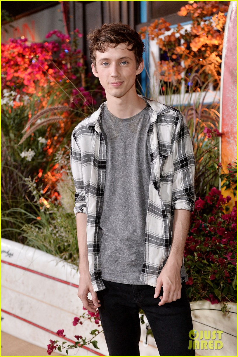Troye Sivan Brings Music to Teen Vogue Young Hollywood Party with ...