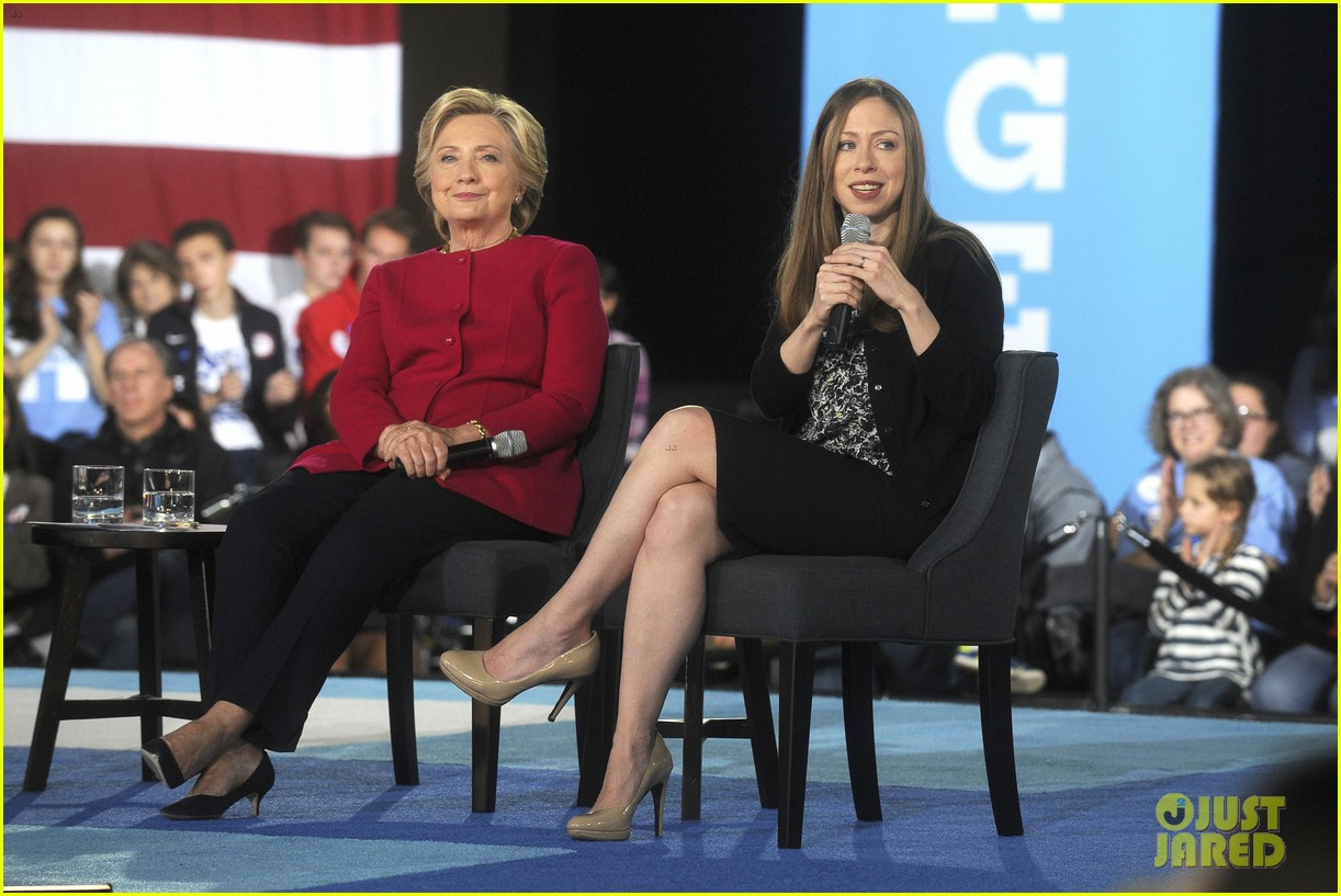elizabeth banks chats with hillary clinton during roundtable discussion 023778738