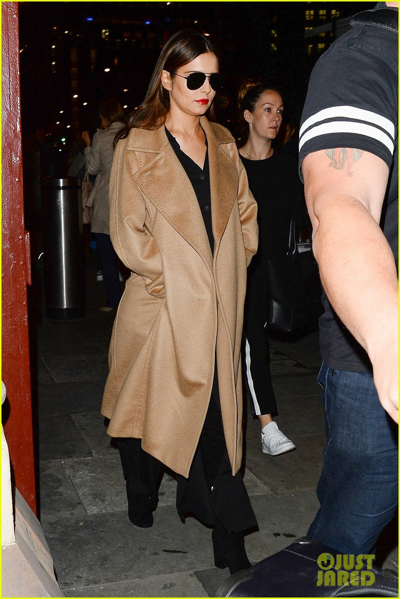 cheryl cole covers up amid pregnancy rumors 083777830