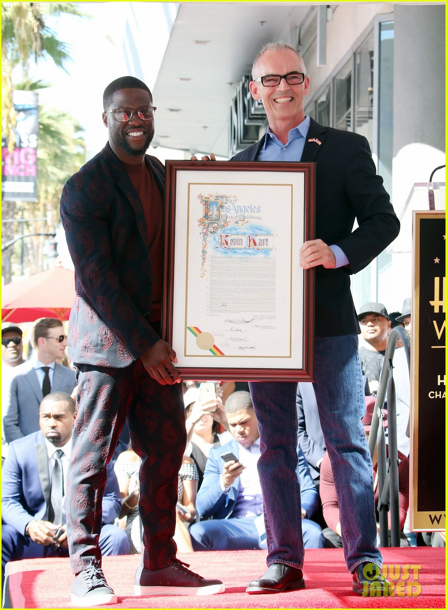 kevin hart gets support from family halle berry at walk of fame ceremony 033782669