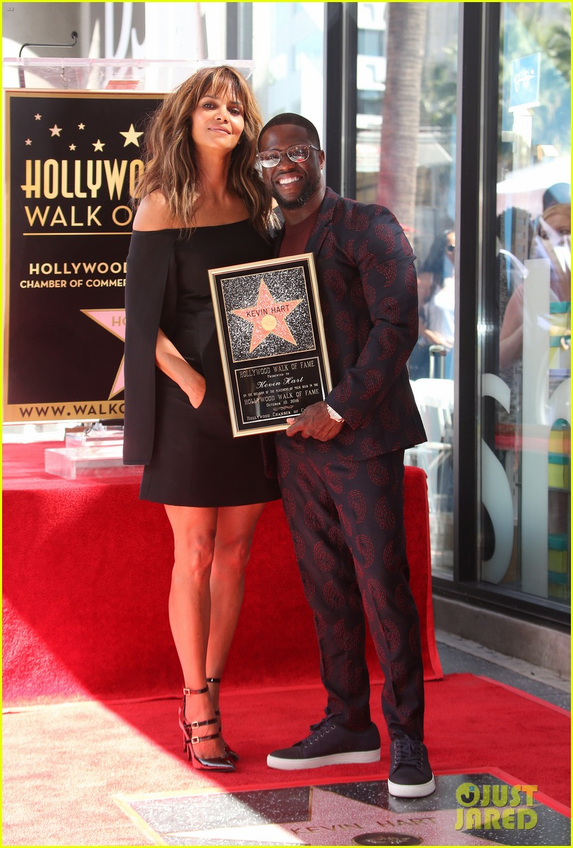 kevin hart gets support from family halle berry at walk of fame ceremony 053782671