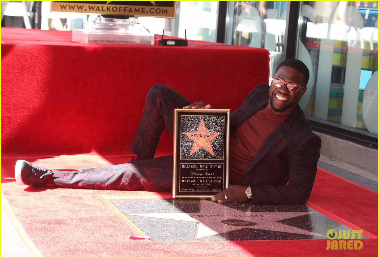 kevin hart gets support from family halle berry at walk of fame ceremony 303782696