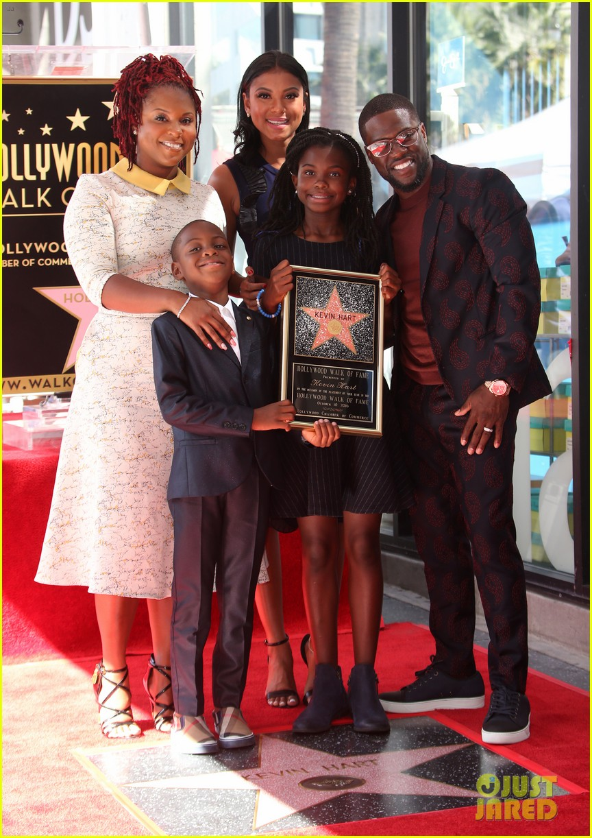 kevin hart gets support from family halle berry at walk of fame ceremony 353782701
