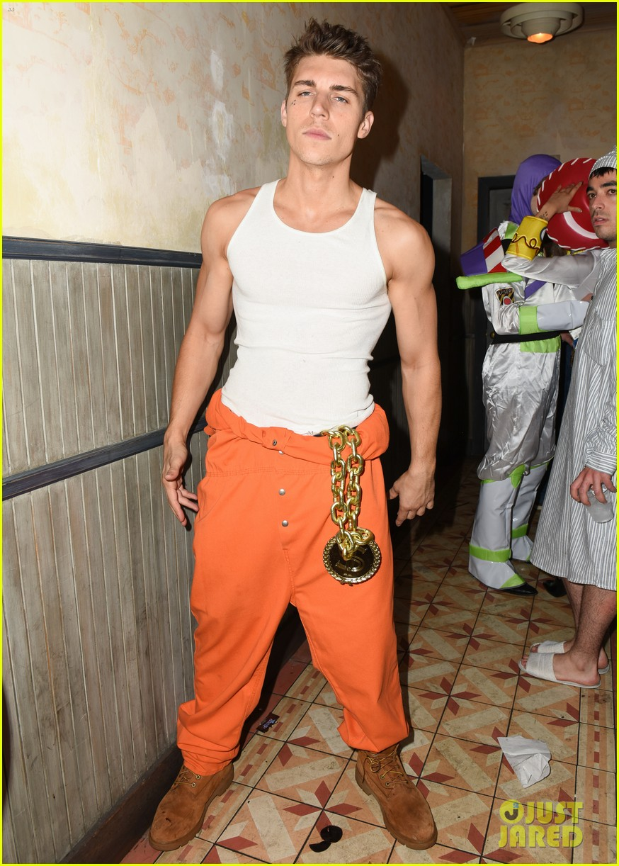 gregg sulkin nolan funk just jared halloween party 013798593