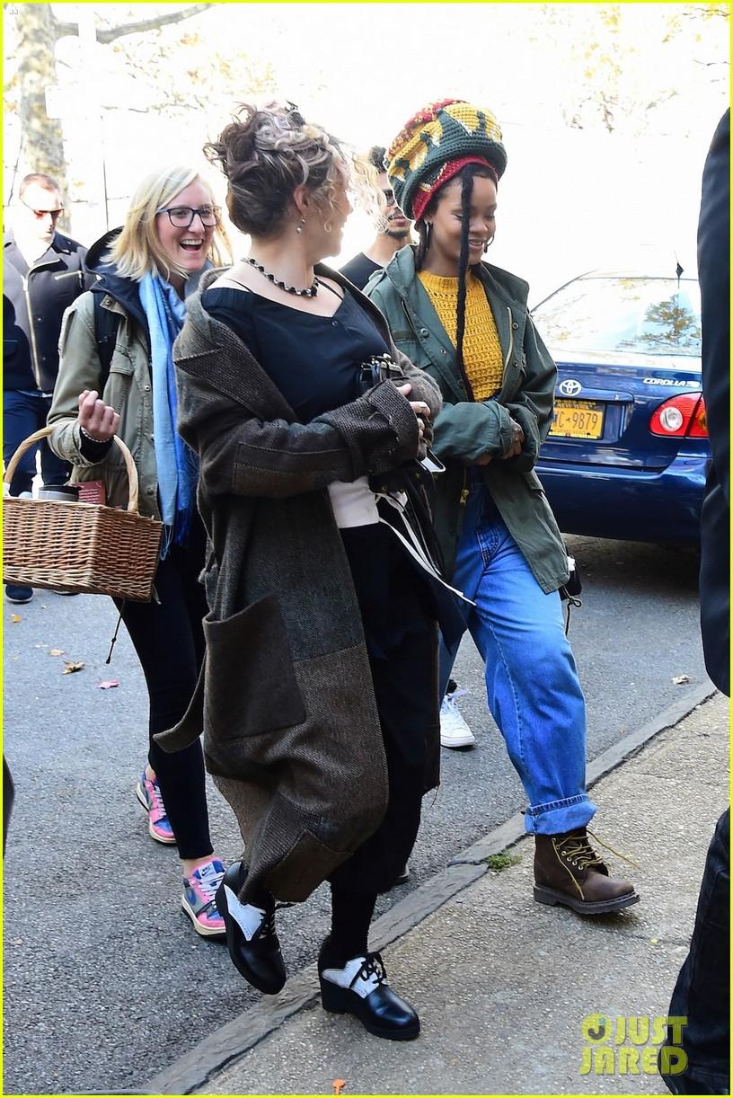 Helena Bonham Carter, Mindy Kaling & Sarah Paulson Continue 'Ocean's ... Helena Bonham Carter