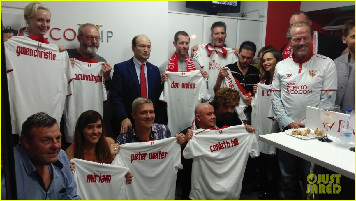 Conventions et autres sorties - Page 2 Kit-harington-emilia-clarke-game-of-thrones-cast-cheer-on-sevilla-at-football-match-14