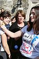 anne hathaway sings happy birthday to collee student while campaigning 03