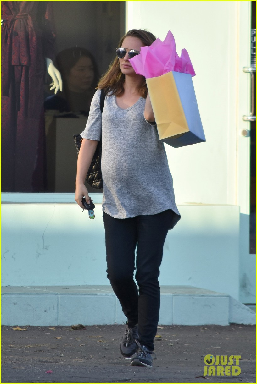 [Image: natalie-portman-her-baby-bump-go-shopping-10.jpg]