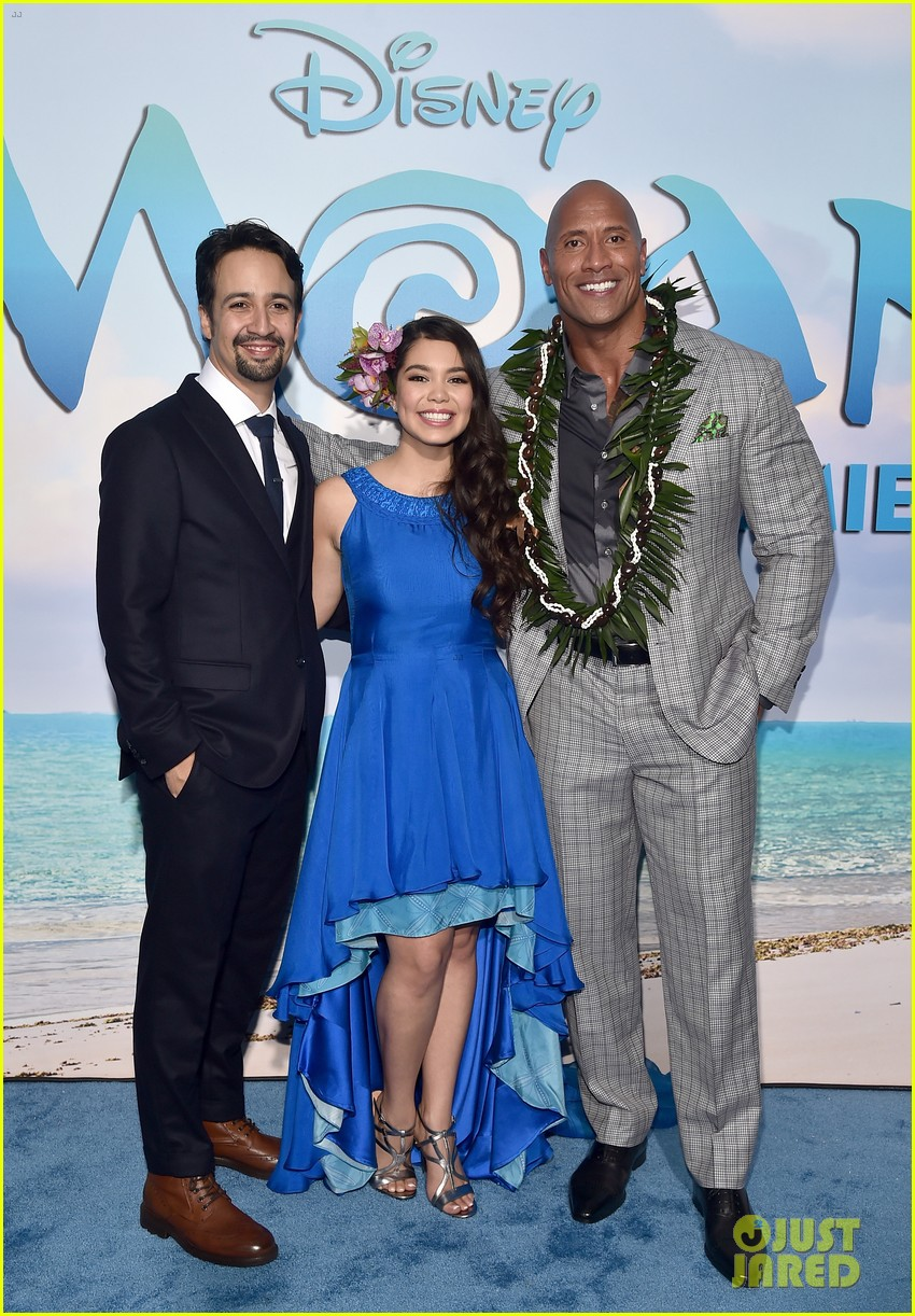 dwayne johnson sings on stage at moana premiere 073808901