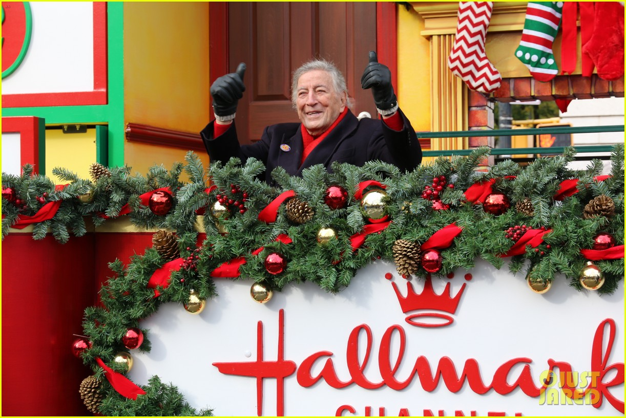 tony bennett almost falls during macys parade 03