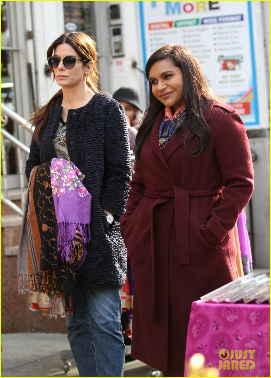 sandra bullock mindy kaling dtylsihly film oceans eight in queens 023828311