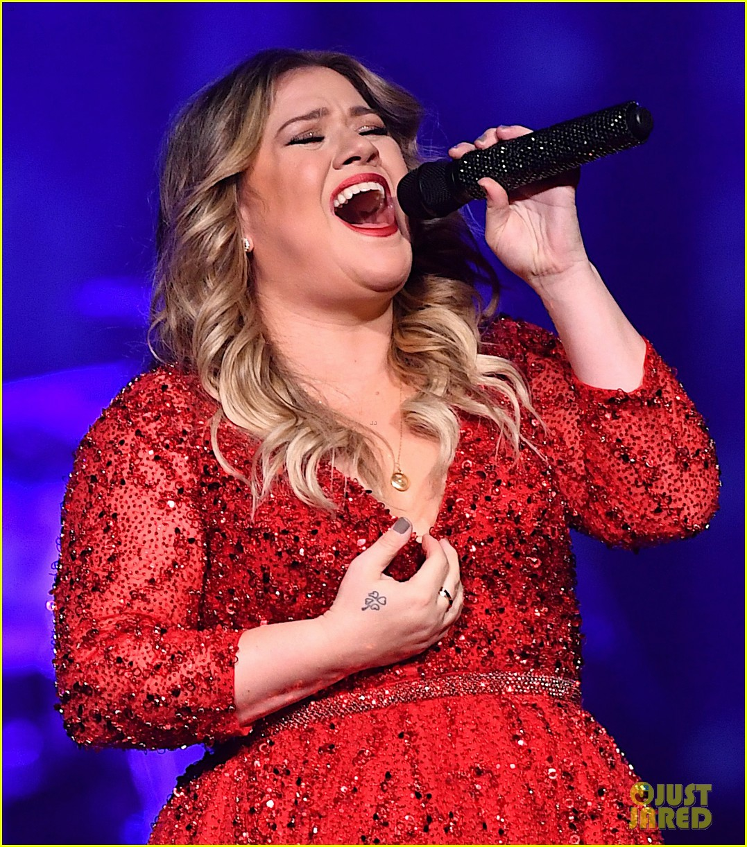 Kelly Clarkson Performs Her Annual Christmas Concert in Nashville ...