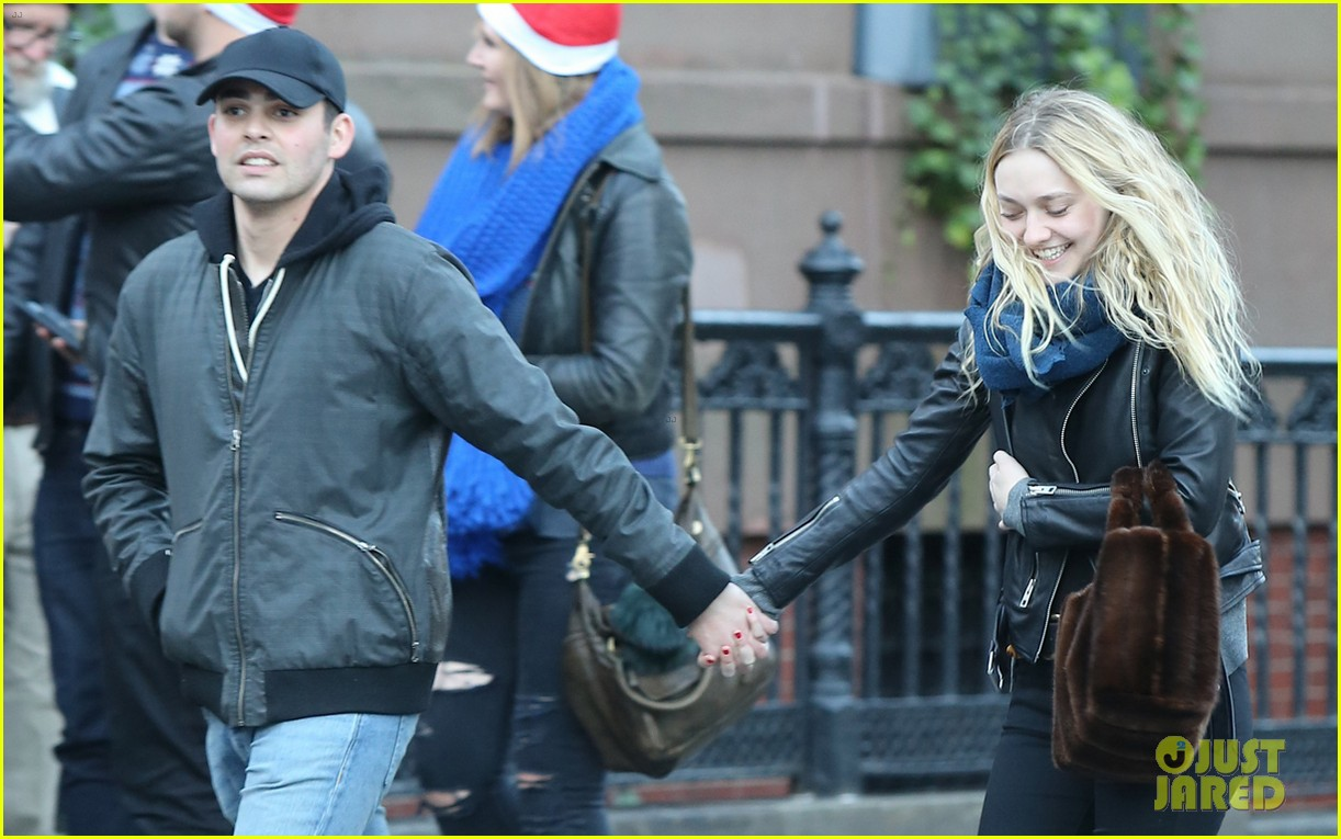 dakota fanning holds hands with mystery man in nyc2 033822149