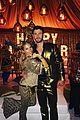 chris hemsworth gold suit new years eve elsa pataky 02