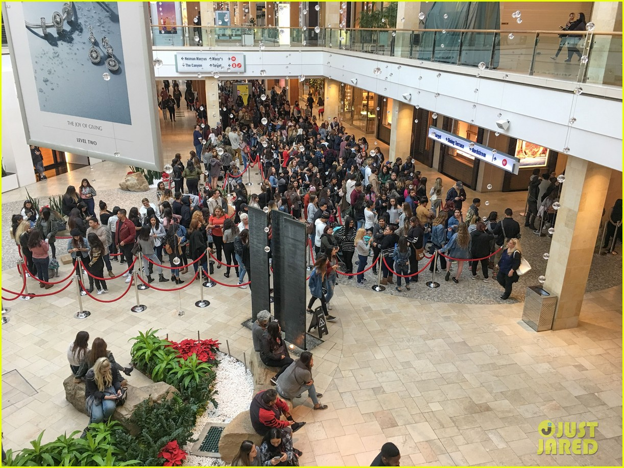 Kylie Jenners Pop Up Shop Opening Is Madness Photo 3824823