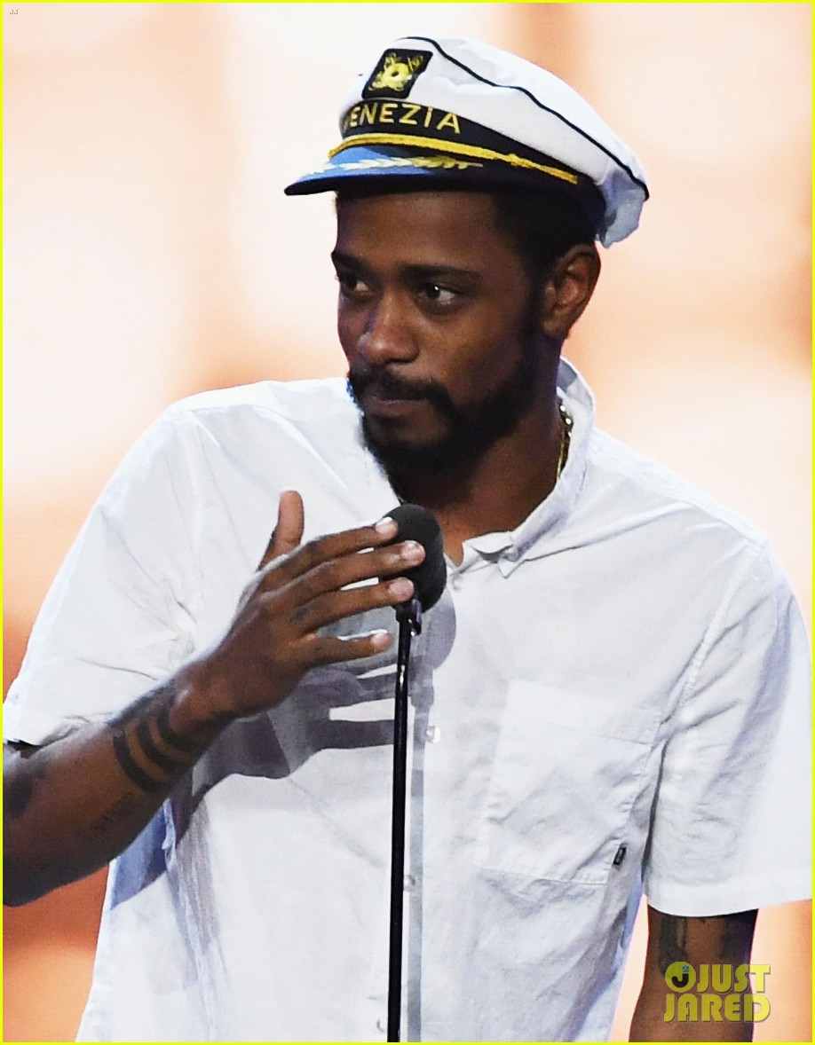 keith stanfield crashes stage at critics choice awards 023826153