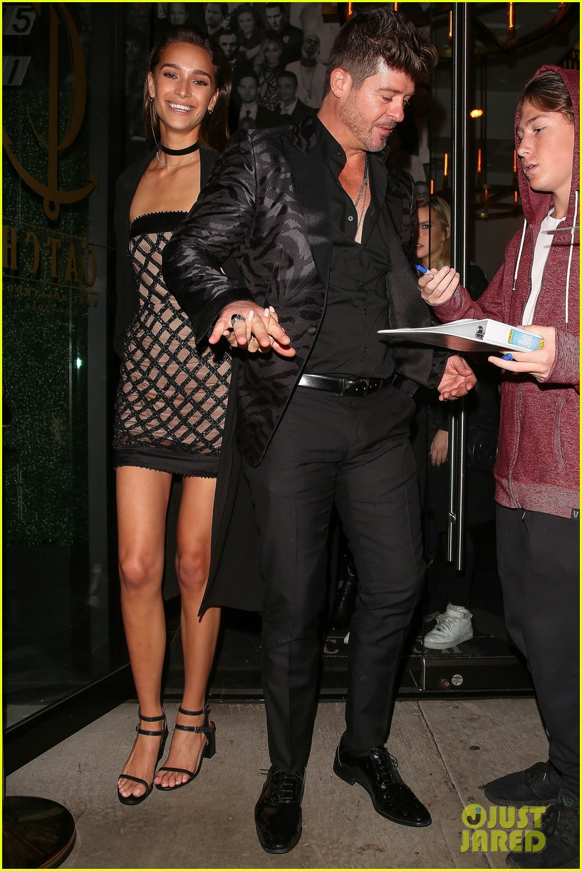 video robin thicke sings happy birthday to girlfriend april love geary 083827053