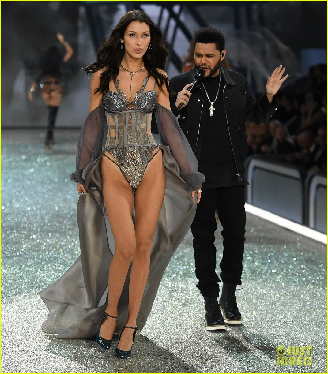[Image: the-weeknd-victorias-secret-fashion-show...nce-01.jpg]