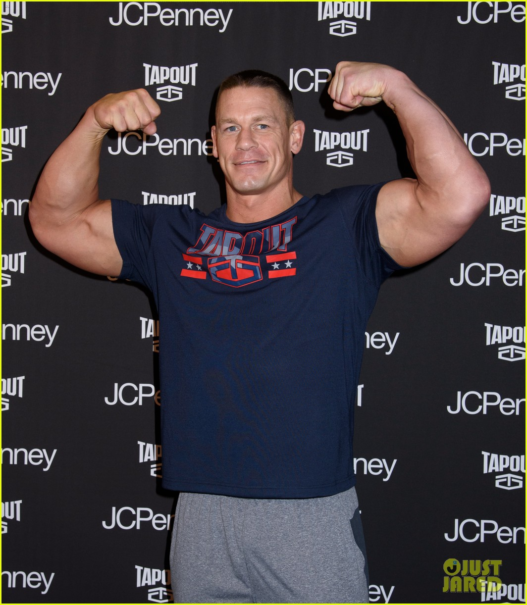 john-cena-flashes-his-rock-hard-abs-and-bulging-biceps-03.jpg