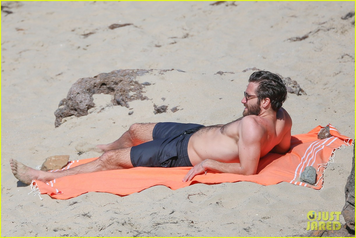 jake-gyllenhaal-continues-his-vacation-with-some-snorkeling-02.jpg