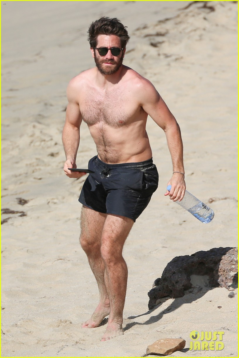 jake-gyllenhaal-continues-his-vacation-with-some-snorkeling-05.jpg