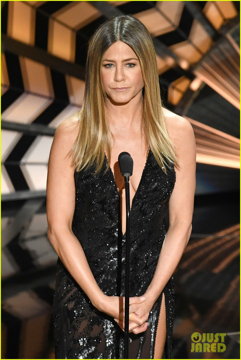 jennifer anniston holds back tears during in memorium 013867088