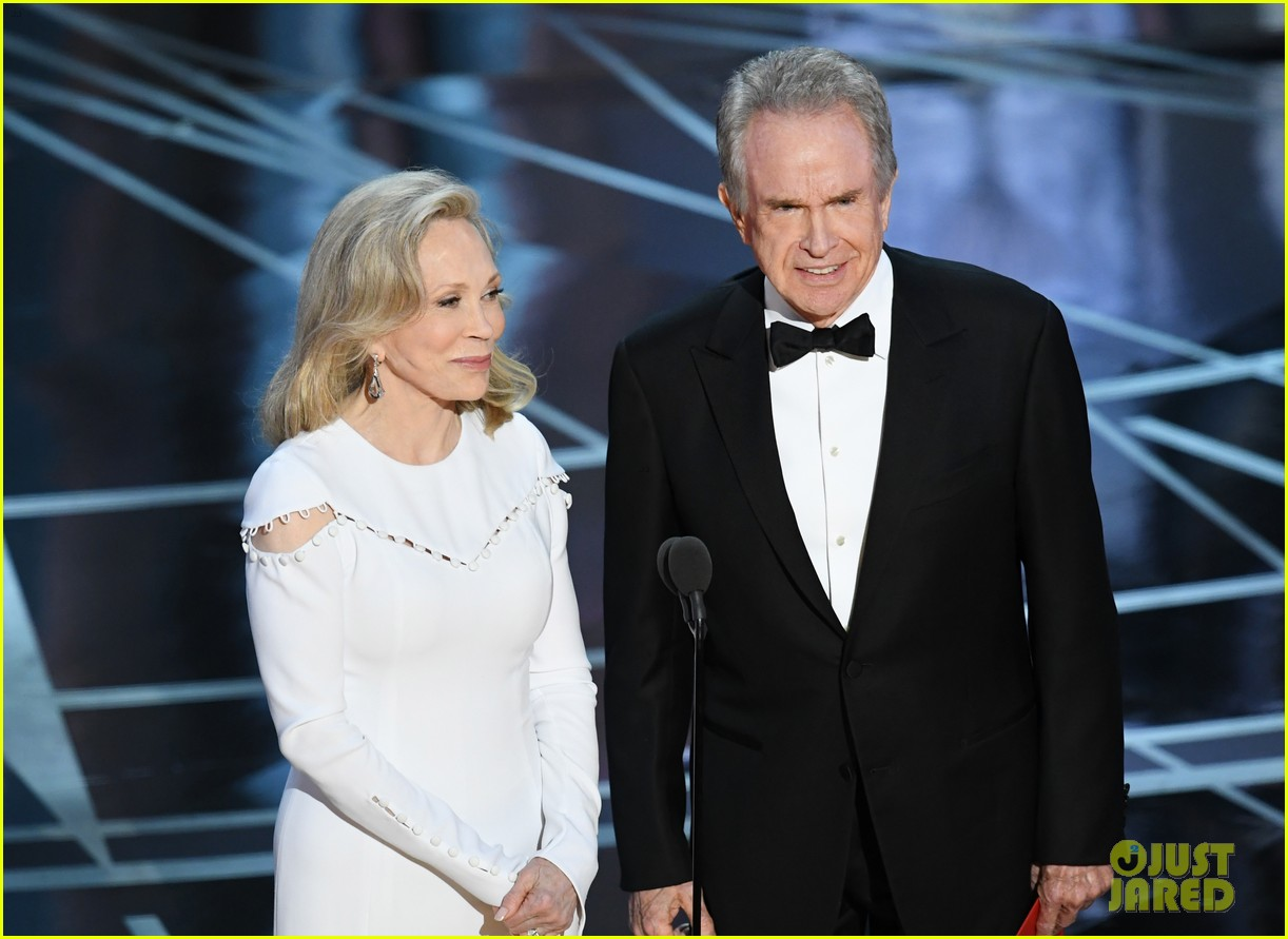 warren beatty envelope said best actress oscars 043867181