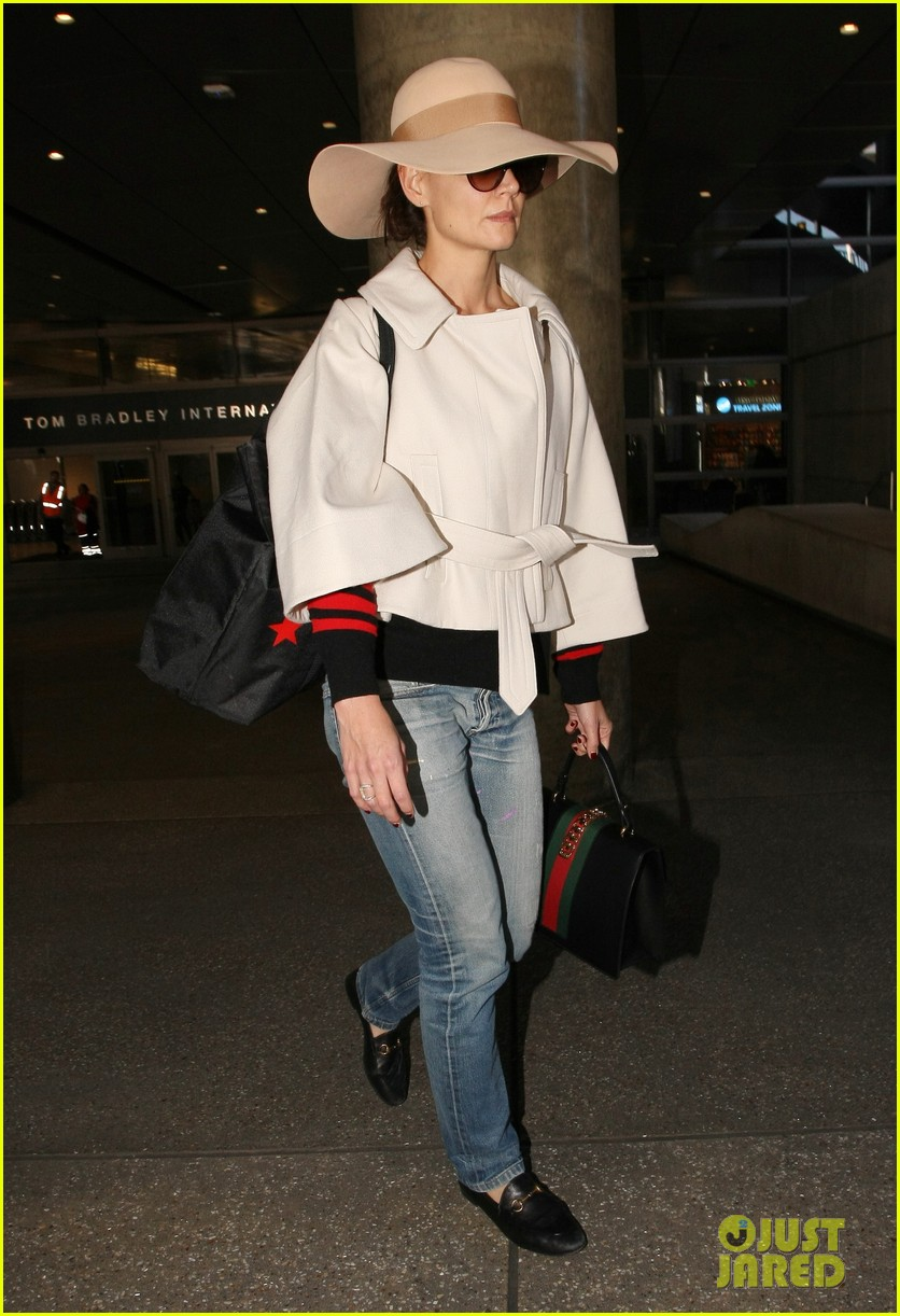 katie holmes goes incognito at the airport 023865541