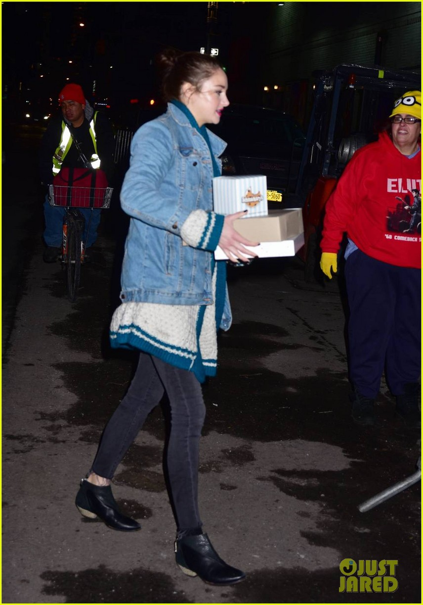 shailene woodley surprises fans with donut after late show with stephen colbert appearance 023859452