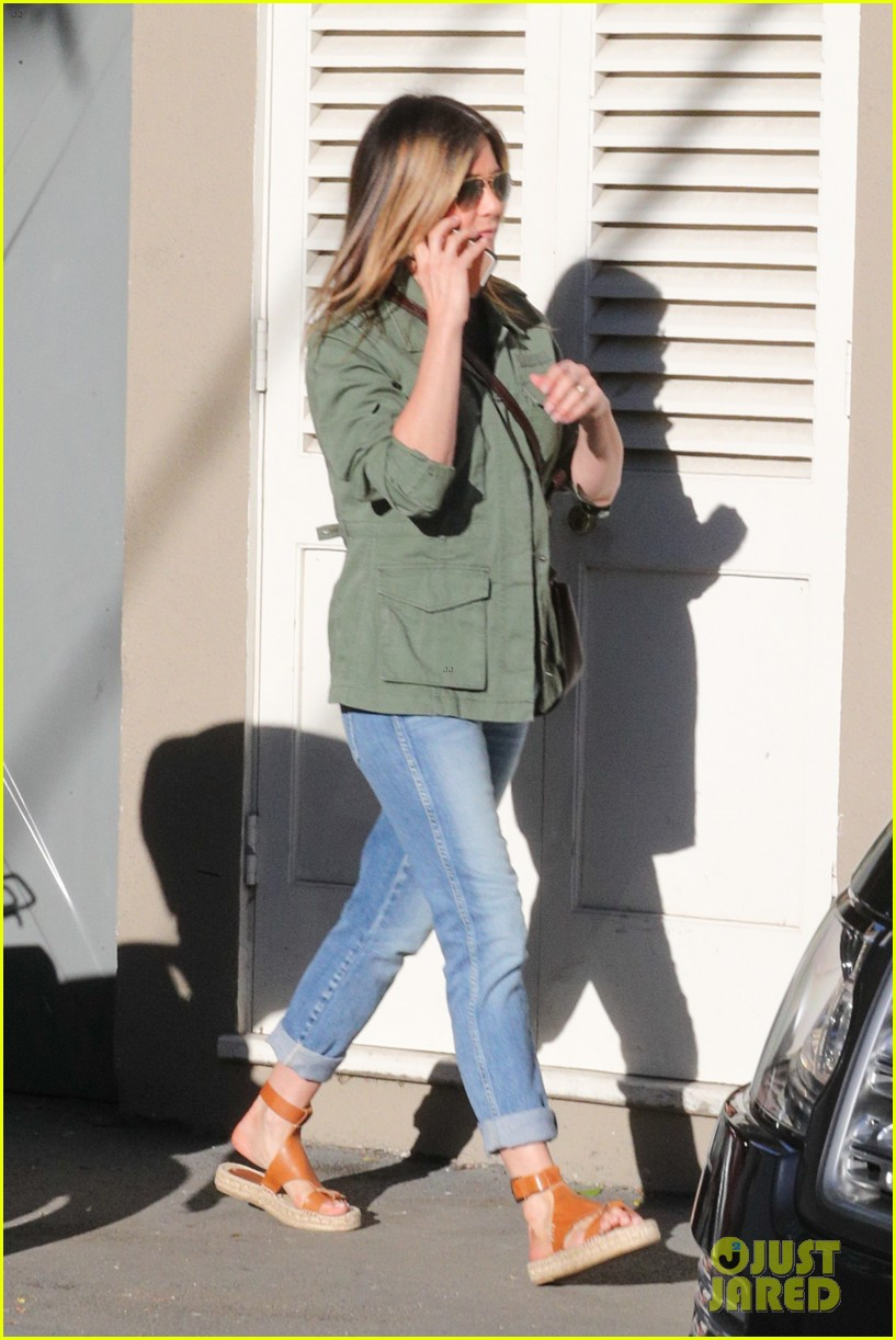 jennifer aniston spends the afternoon shopping 053871596