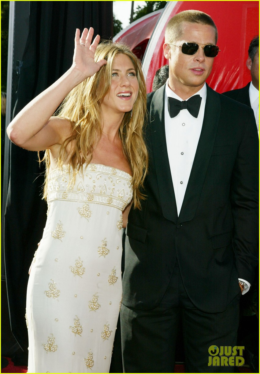 brad pitt jennifer aniston text each other 053868632