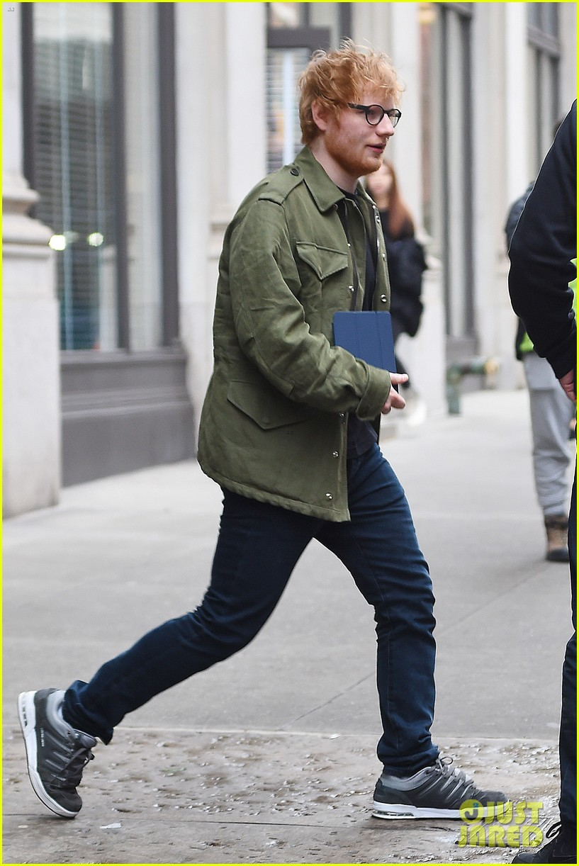 ed sheeran stops by taylor swifts apartment 033871095