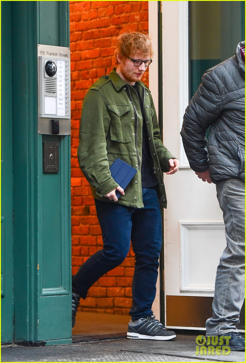 ed sheeran stops by taylor swifts apartment 053871097