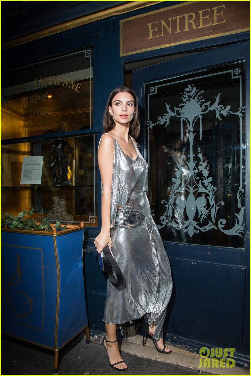 nicki minaj shows off her inches at intimate v mag paris fashion week dinner 023871320