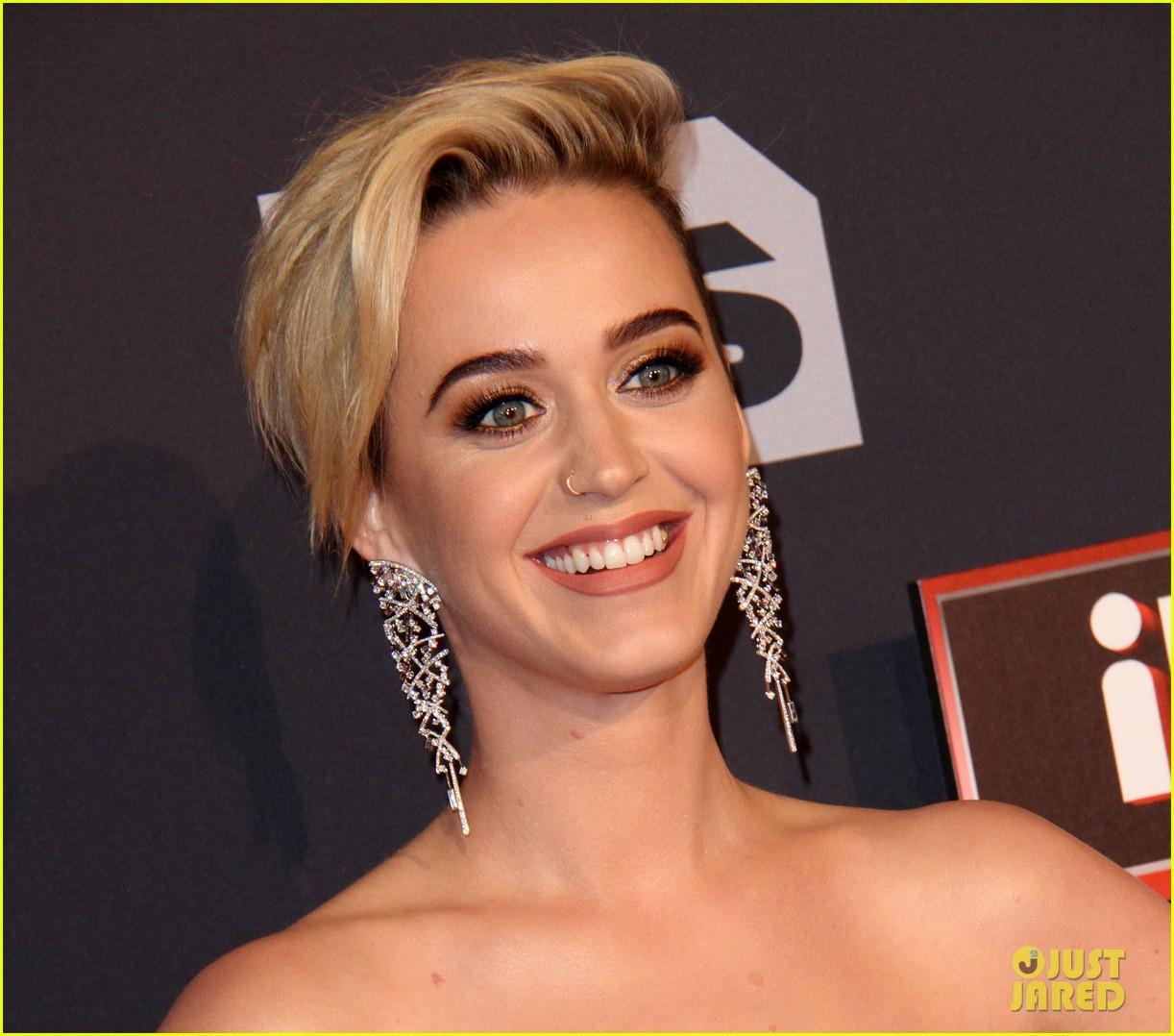 ... in teeth iheartradio music awards 04   Photo 3870367   Just Jared Awards