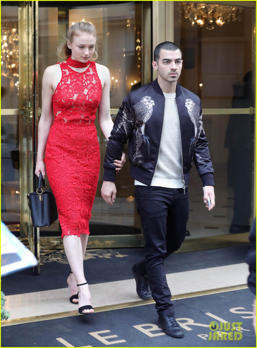 sophie turner joe jonas enjoy date night in paris 023871149