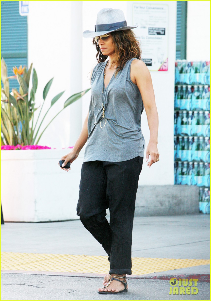 halle berry kicks off easter weekend with good friday post 053886013