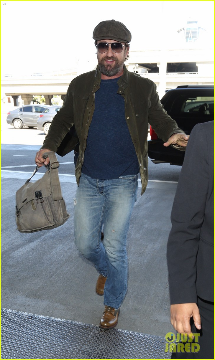 gerard butler travels light for flight out of la 013880813