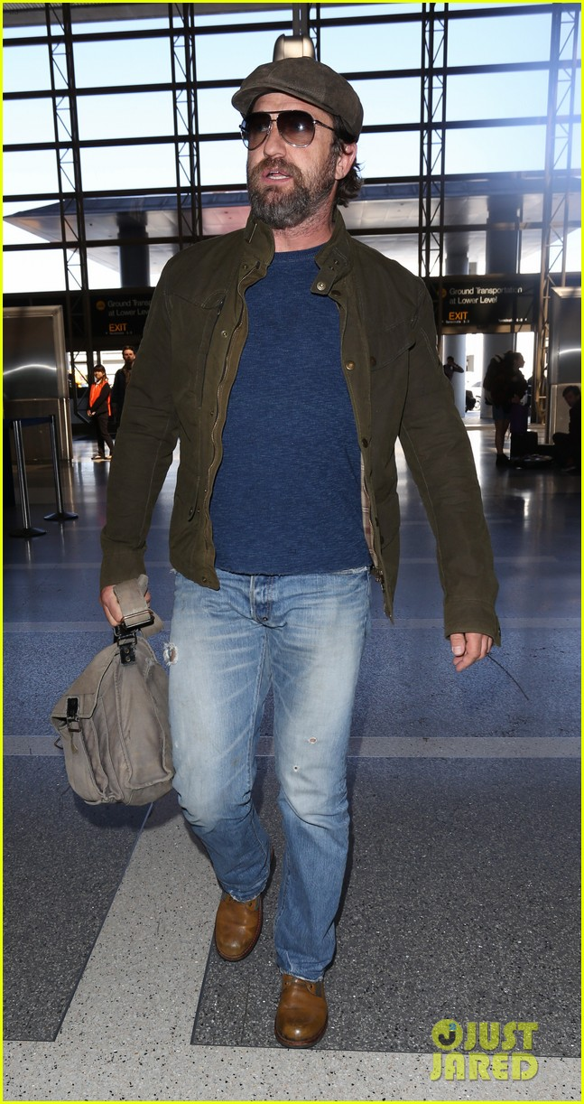 gerard butler travels light for flight out of la 053880817