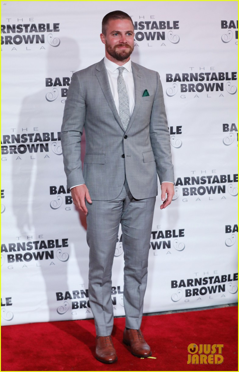 stephen amell justin hartley kentucky derby party 013895696