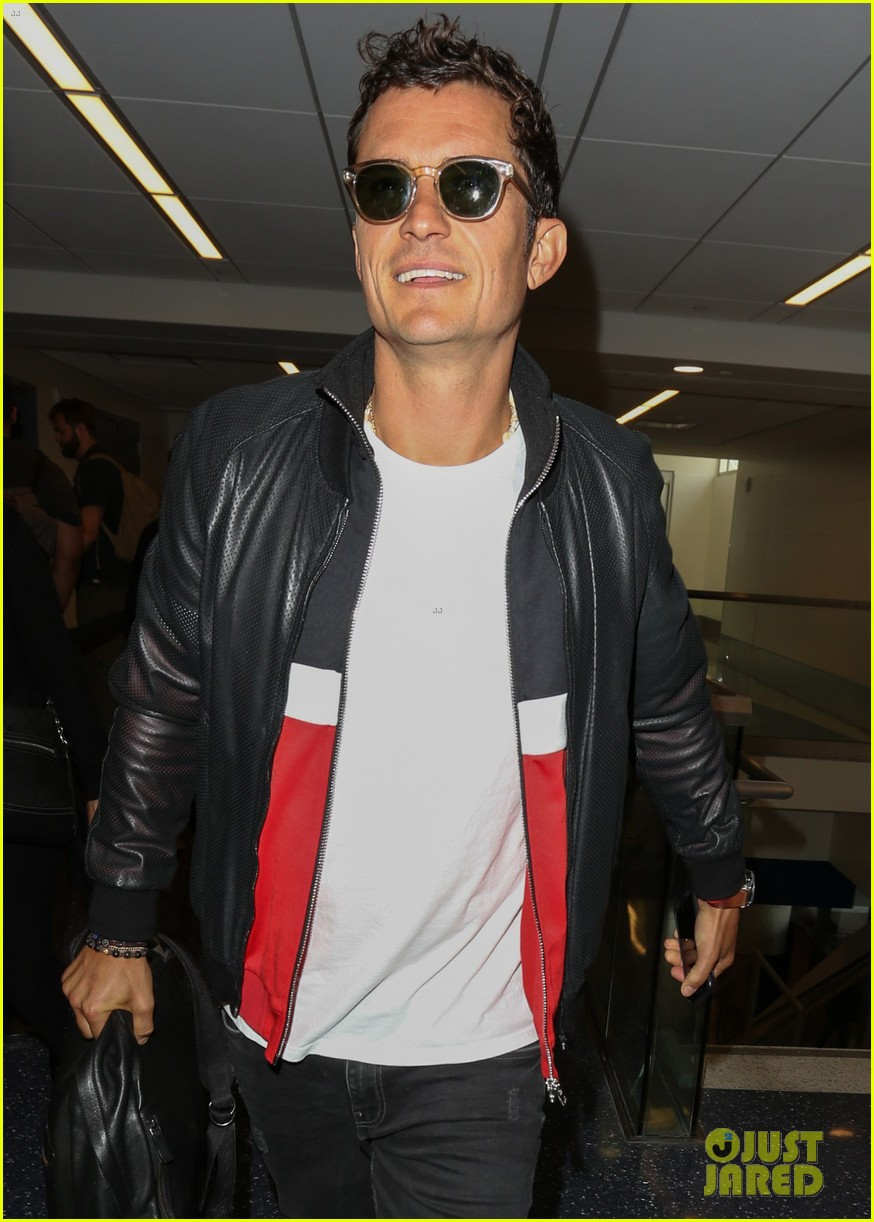orlando bloom is all smiles arriving at lax airport033897119